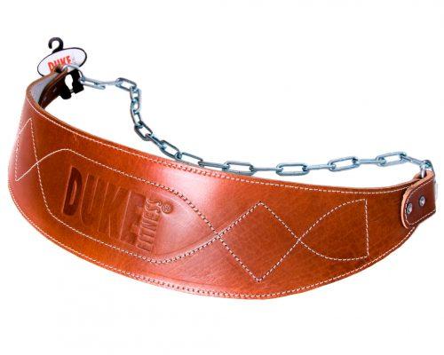 Duke Fitness dippivyö, jossa on ketju lisäpainolevyjä varten. Dippivyöllä tehostetaan dippi- ja kyykkyliikkeiden vaikutusta.